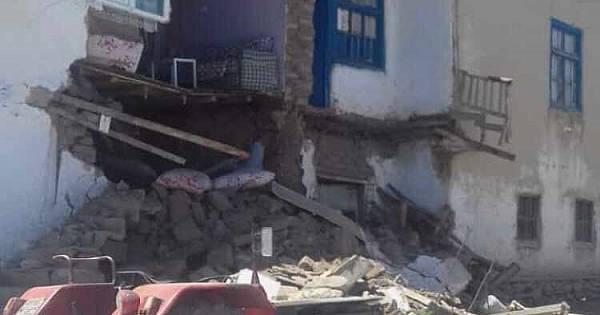 Van'da 5.4 büyüklüğündeki deprem sonrası bir ev yıkıldı