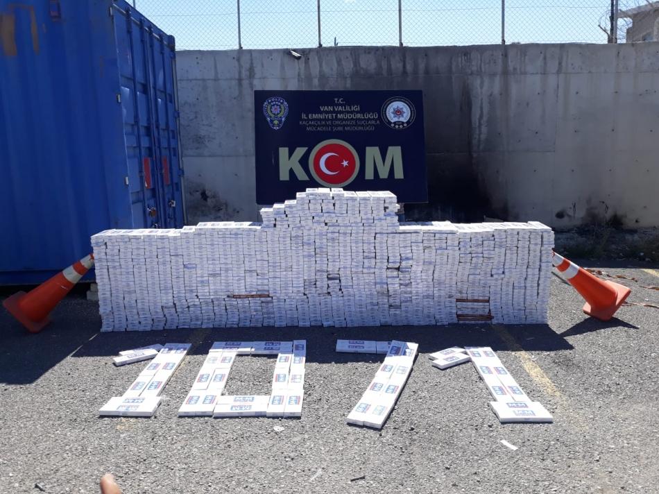 """Van il Emniyet müdürlüğü Narkotik Suçlarla Mücadele ile Kaçakçılık ve Organize Suçlarla Mücadele Şube Müdürlükleri Görevlilerice; Van Edremit İlçesi Kurubaş Mahallesi'nde oluşturdukları uygulama noktasında durumundan şüphelenilerek durdurulan 27 plaka sayılı kamyonda yaptıkları aramada; (4) adet lastik içerisine ve kapalı kasanın yan duvarları ile üst tavanına özel olarak halatlarla sarmal olarak zulalanmış toplam 13.800 paket üzerinde TAPDK bandrolü bulunmayan kaçak sigara ele geçirildi.  Olayla ilgili araç sürücüsü (S.T.) """"5607 Sayılı Kanun'a Muhalefet Etmek"""" suçundan yakalanarak gözaltına alınmıştır. Gözaltına alınan şüpheli hakkında tanzim edilen tahkikat evrakıyla birlikte çıkarıldığı adli makamlarca tutuklandı."""