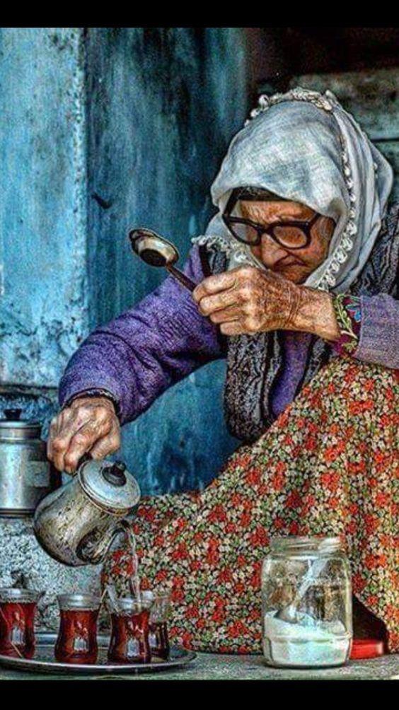 Yaşlı kadının çay sevisi... Kimsesizliğin simgesi