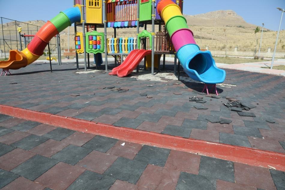Van'ın İpekyolu İlçesi sınırları içerisinde bulunan iki parka kimliği belirsiz kişi veya kişiler tarafından zarar verildi. Parklardan birinin ihata duvarı da zarar gördü.