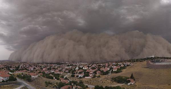 Ankara Polatlı ilçesinde kum fırtınası manzaraya böyle yansıdı