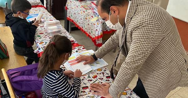 Sezer, çocuklarla beraber okul duvarlarını boyadı