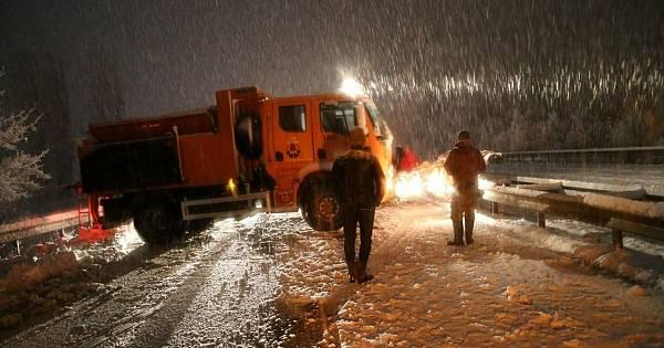 Yoğun kar yağışı nedeniyle Sivas-Tokat karayolu ulaşıma kapandı.