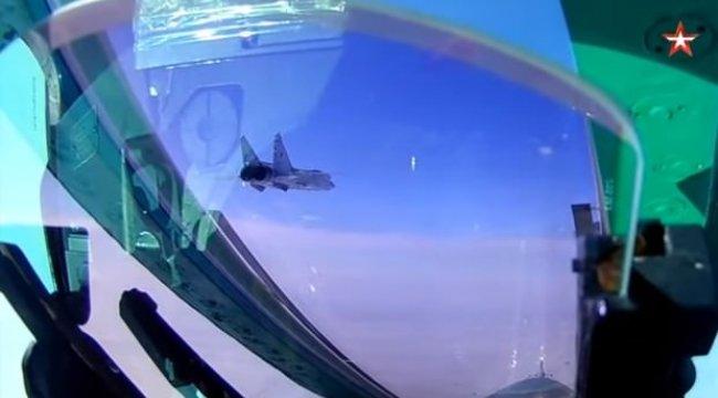 Stratosferde it dalaşı! İki Rus savaş jeti böyle görüntülendi