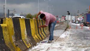 Yola dökülen sabun nedeniyle yağmur sonrası yol köpürdü! Görenler şaşkınlıklarını gizleyemedi