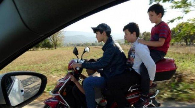 4 çocuğun motosikletle tehlikeli yolculuğu