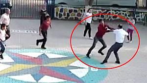 Öğrencilerin gözü önünde öğretmeni döven baba oğul tutuklandı