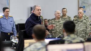 Son dakika! Milli Savunma Bakanı Akar ve komutanlar sınırda... Önemli açıklamalar