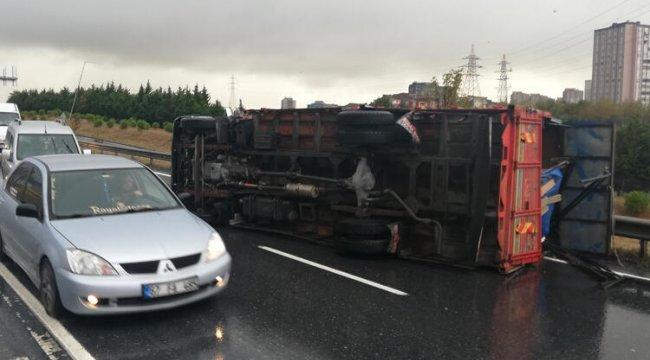 TEM yanyolda kamyon devrildi