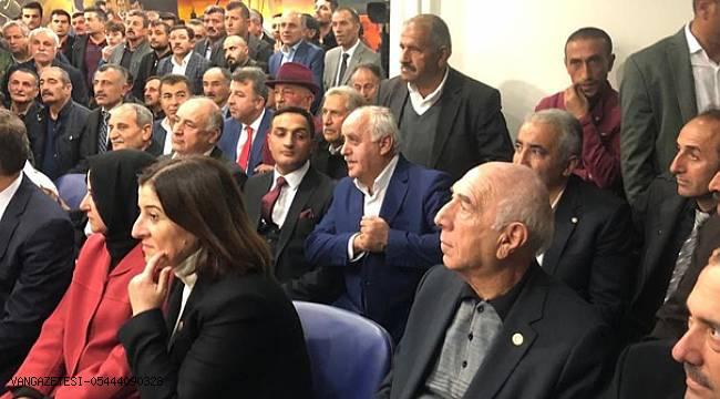 AK Parti Van Milletvekili İrfan Kartal hemşehrileriyle kucaklaştı