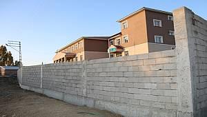 Vanlı öğrencileri tehlikelerden korumak için çevre duvarı inşa edildi
