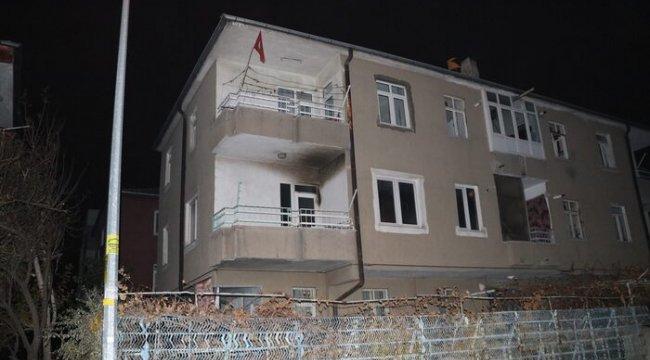Ev yangınında balkonda mahsur kalan aileyi itfaiye kurtardı