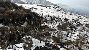 Girlevik Şelalesi, kış aylarında karla bir başka güzel