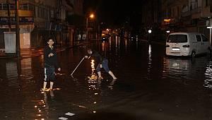 İskenderun'da sağanak yağış hayatı felç etti