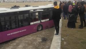 Van'da Mucur yüklü kamyon ile yolcu otobüsü çarpıştı. İşte o çarpışma detayları...