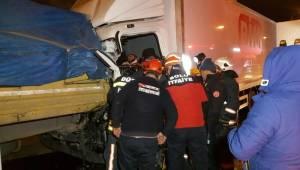 Tem Boludağı Tünel çıkışında kamyon tıra arkadan çarptı: Kamyon sürücüsü yaralandı