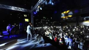Van'da gerçekleşen Mehmet Erdem konserinde öğrenciler doyasıya eğlendiler