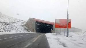 Yoğun Kar yağışı Van Bahçesaray yolunu ulaşıma kapattı