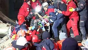 SON DAKİKA! Enkazdan birer saat arayla 2 kadın sağ çıkarıldı