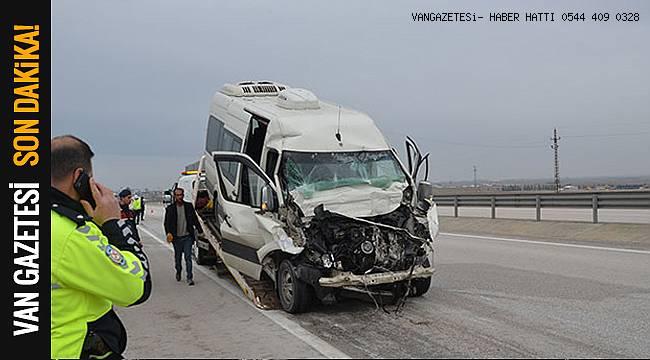 Son dakika! Minibüs tıra arkadan çarptı: 1 ölü, 3 yaralı