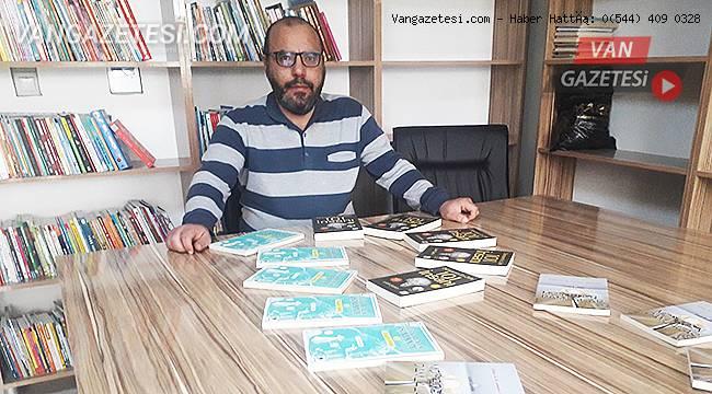 Lütfi Şahin, kütüphaneye kitaplarını bağışladı