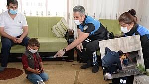 Van'da Polisten korkarak kaçan çocuğu yine polis teselli etti