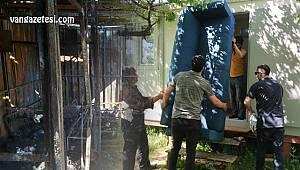 Van'da konteynır yangını – İçinde aile kalan konteynır kül oldu