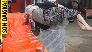 Türkiye'de koronavirüs olmasına rağmen, kendisini hiçe saydı kucağında taşıdı