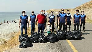 Zabıtalar Van'da torbalarca çöp topladı