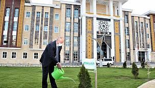 Tuşba Belediyesi 81 fidanı toprak ile buluşturdu.