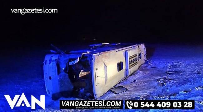 Kayganlaşan yolda kontrolden çıkan otobüs kanala düştü.