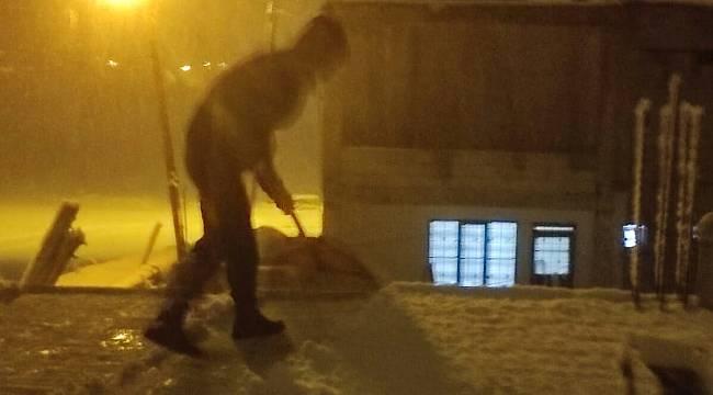 Van ilinde gece saatlerinde dama çıkarak kar temizlediler...