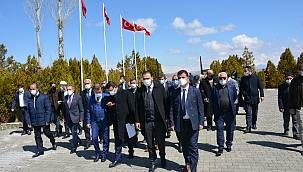 Van AK Parti, 2 Nisan'ı Zeve Şehitliği'nde kutladı