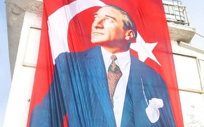 Bin 400 Rakımlı Zirvede Atatürk Motifli Türk Bayrağı