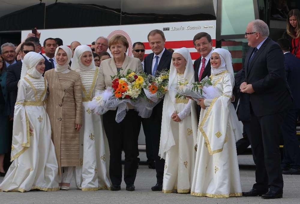 Davutoğlu Ve Merkel Sığınmacılarla Buluştu