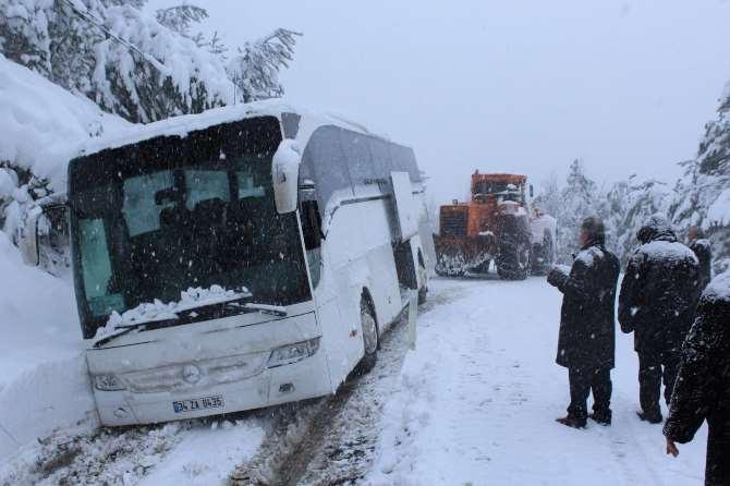 Otobüs Kara Saplandı: 35 Kişi Mahsur Kaldı