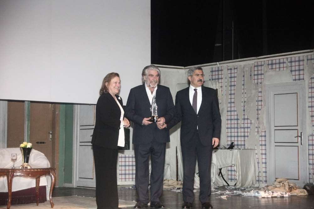 Yaşam Boyu Başarı Ödülü Usta Tiyatrocu Özyağcılar'ın