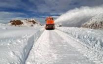 Van'da etkili olan kar yağışı, hayatı olumsuz etkiledi.