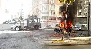 Van'da araç yanarak küle dönerken, çevredekiler ise...